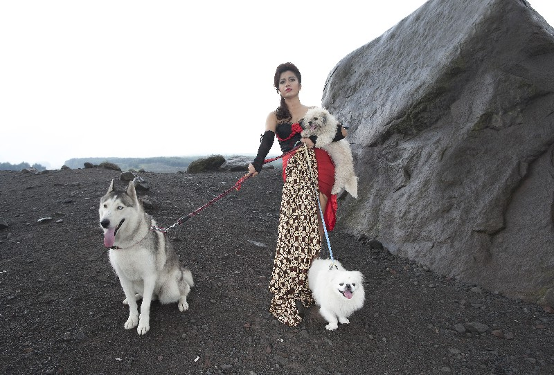 Novi-doggies-at-merapi-Alien-Rock1